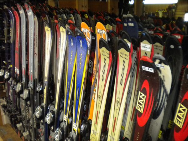 A BEGINNER'S GUIDE TO SKI AND SNOWBOARD RENTALS