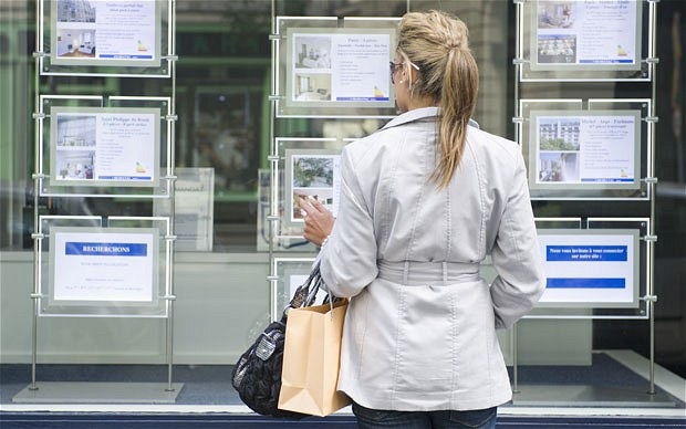 How You Can Use Estate Agent Displays When Buying Property